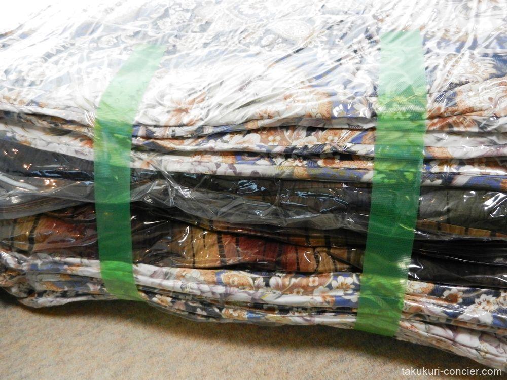圧縮した布団 養生テープで固定