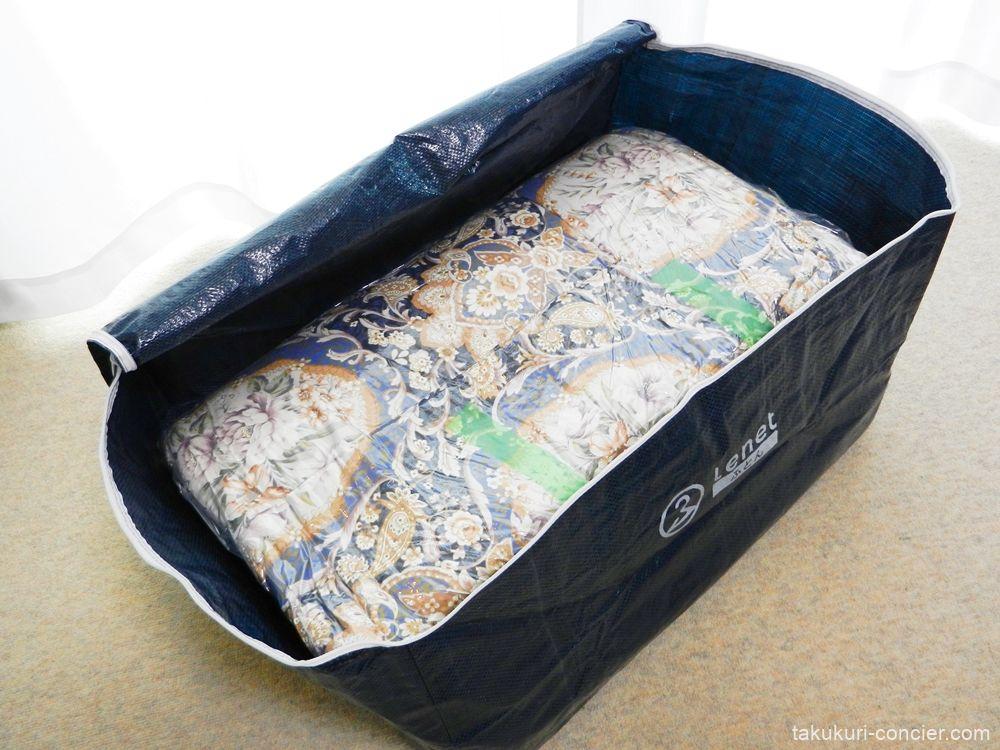 集荷バッグに布団を収める