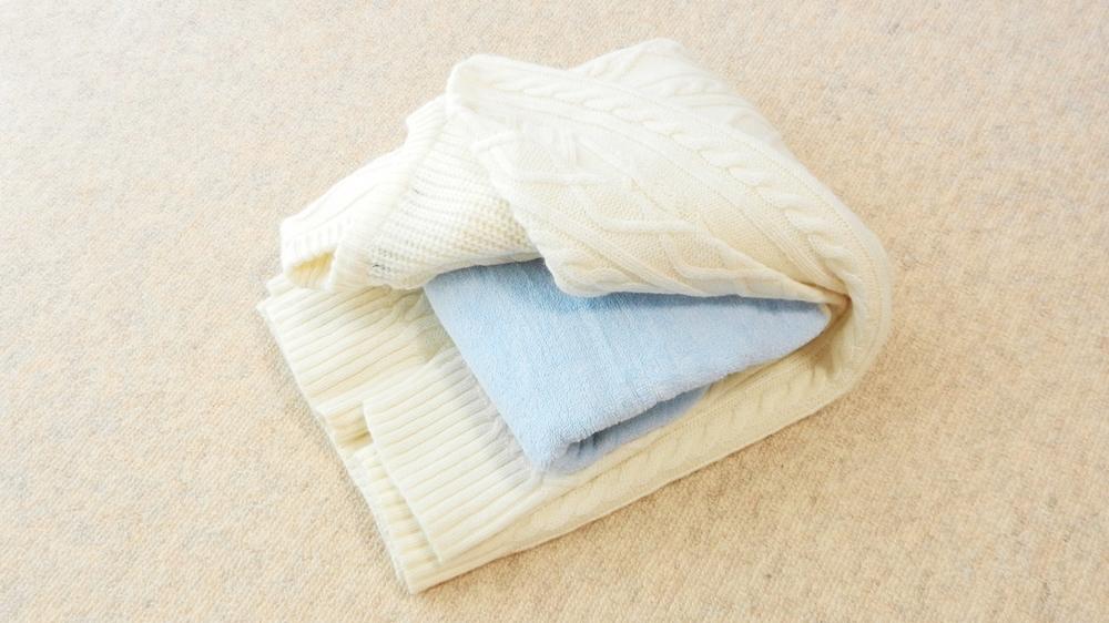 セーターたたみ方 タオルを挟む